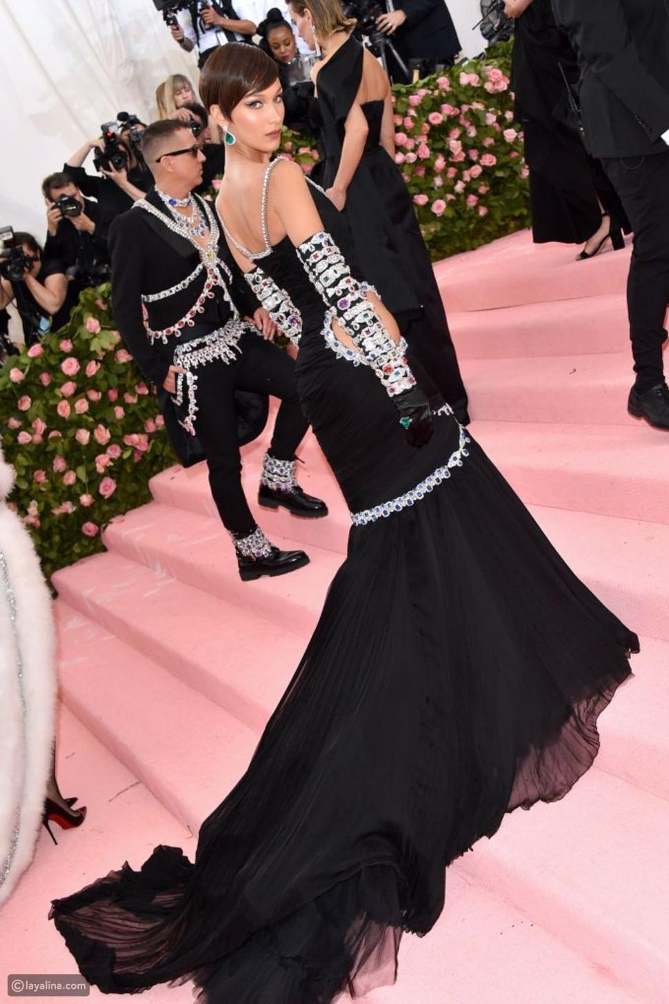بيلا حديد بفستان موسكينو