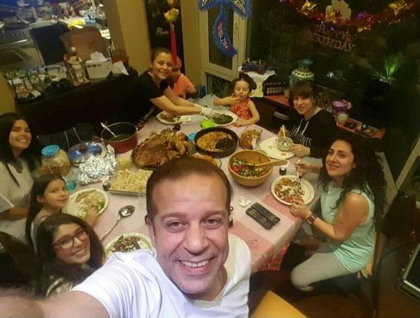 صورة عائلة شريف منير على مائدة إفطار رمضان