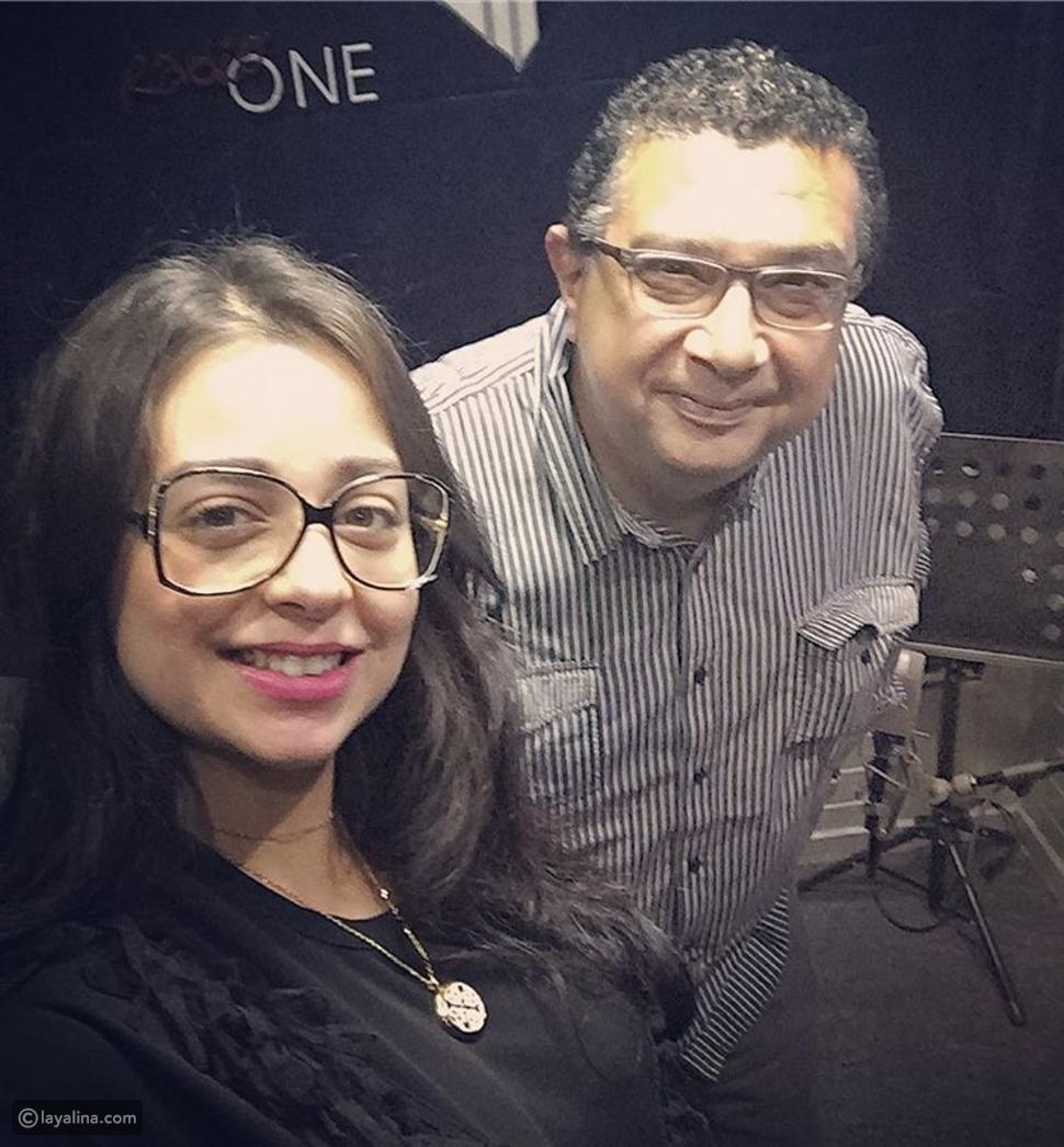 هبة مجدي وماجد الكدواني في كواليس تسجيل المسلسل الإذاعي بريد جمعة