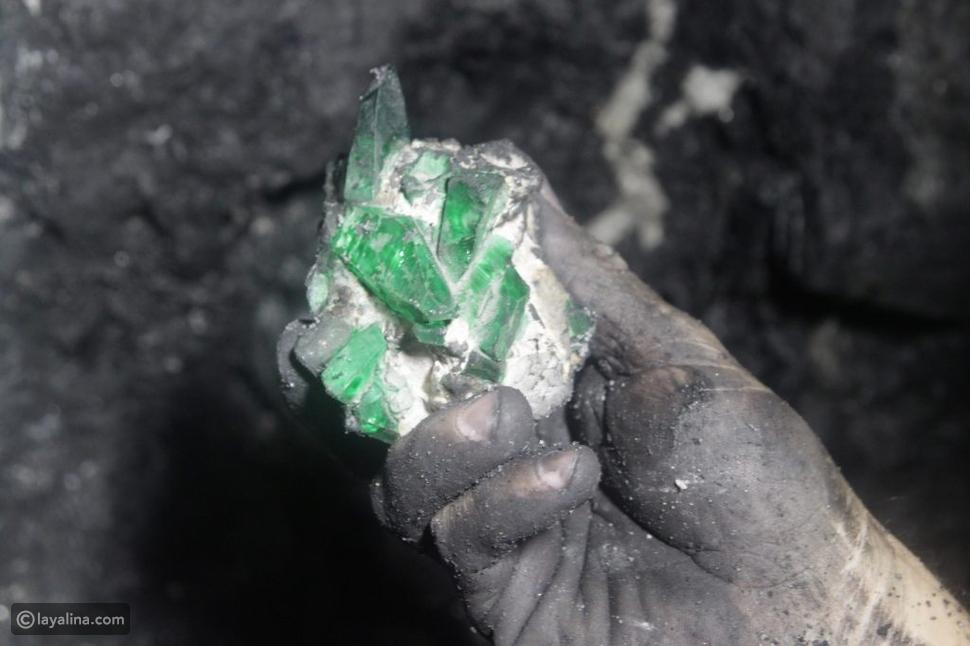 ما هو لون حجر الزمرد