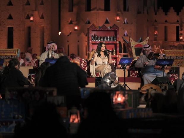 أحلام تتألق في جلسة غنائية رائعة وسط رقص نسائي ضمن سمرات شتاء الرياض