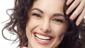 خلطة سحرية لتبييض الأسنان وتقوية اللثة بدقائق