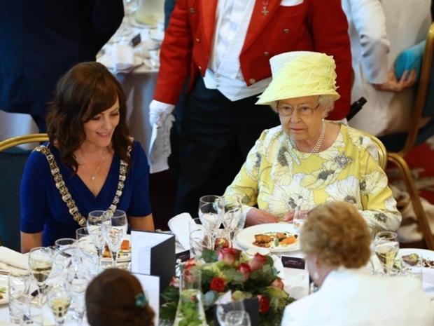 الملكة إليزابيث وطقوس خاصة لتناول الطعام