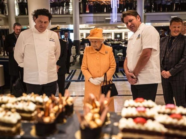 الملكة إليزابيث تعثر على دودة ميتة داخل طعامها فتقرر عدم تجاهل الأمر