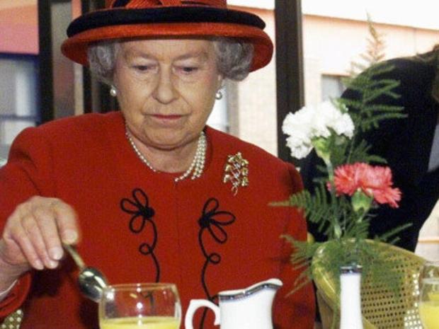 الملكة إليزابيث تعثر على دودة ميتة داخل طعامها
