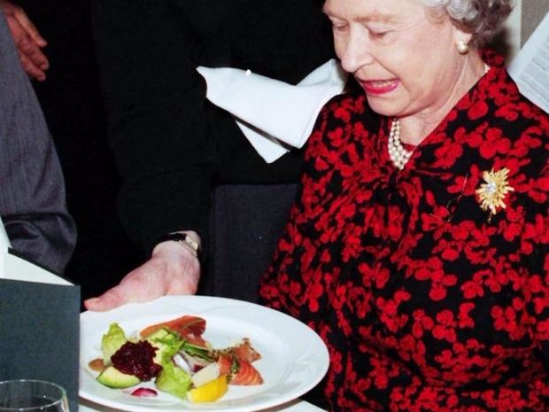 الملكة إليزابيث لها عادات خاصة بالأكل لا تتنازل عنها أبداً