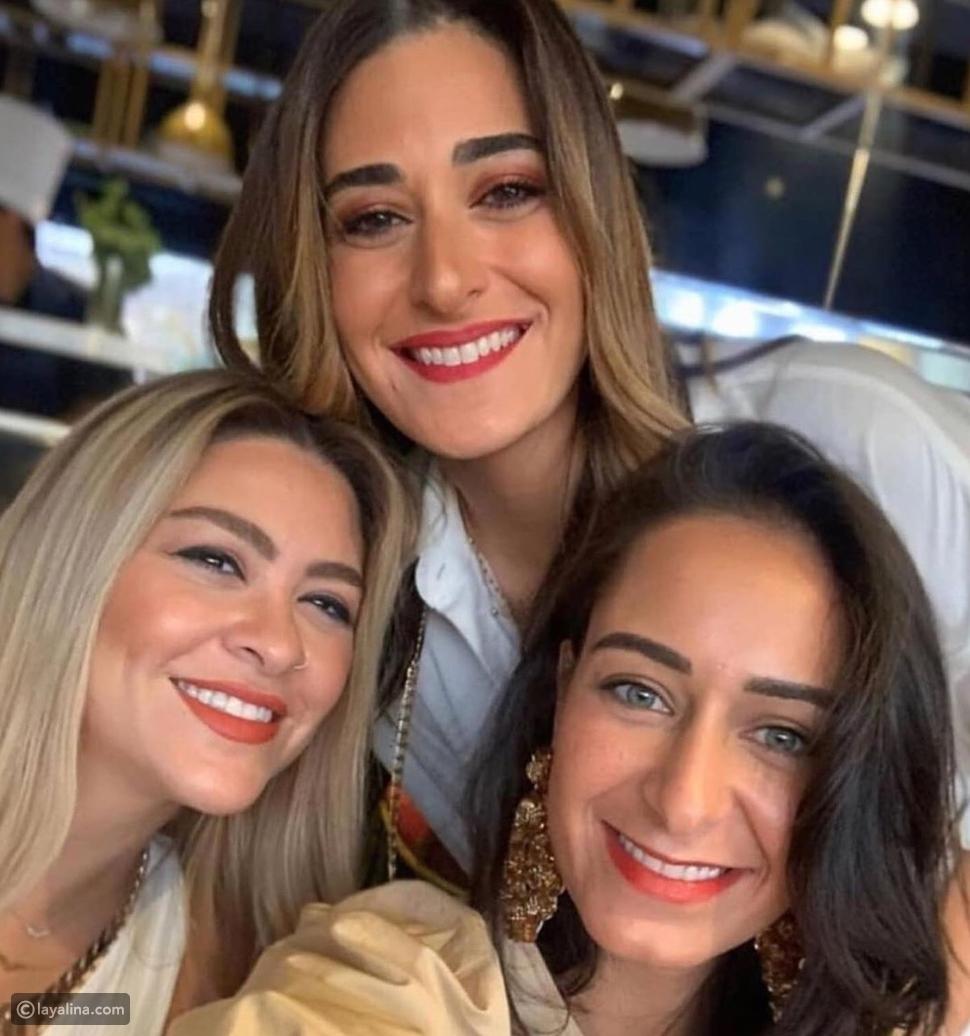 صورة لأمينة خليل مع بنات عائلتها