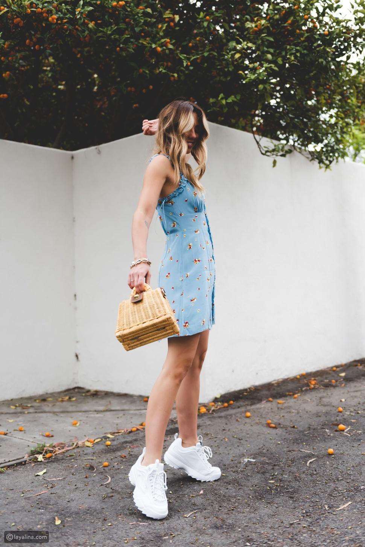 فستان  مع حذاء رياضي