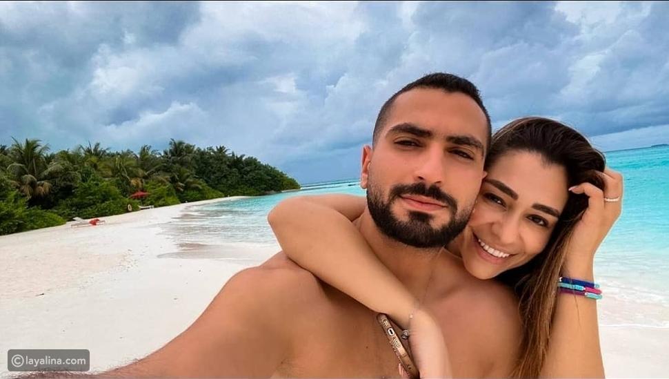 درة زروق وزوجها ومحمد الشرنوبي وزوجته على شاطئ البحر في المالديفز