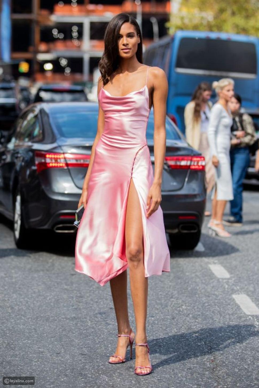طرق ارتداء الفستانالساتان الطويلة