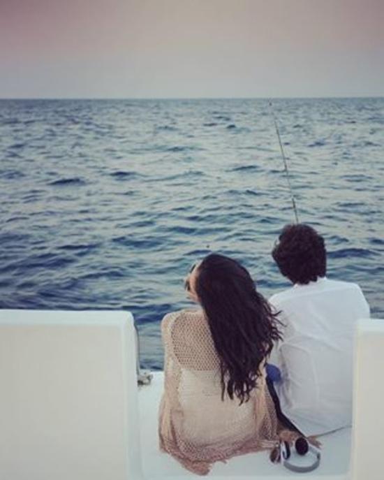 صور جلسة تصوير رومانسية لحنان مطاوع وزوجها على البحر قبل زفافهما
