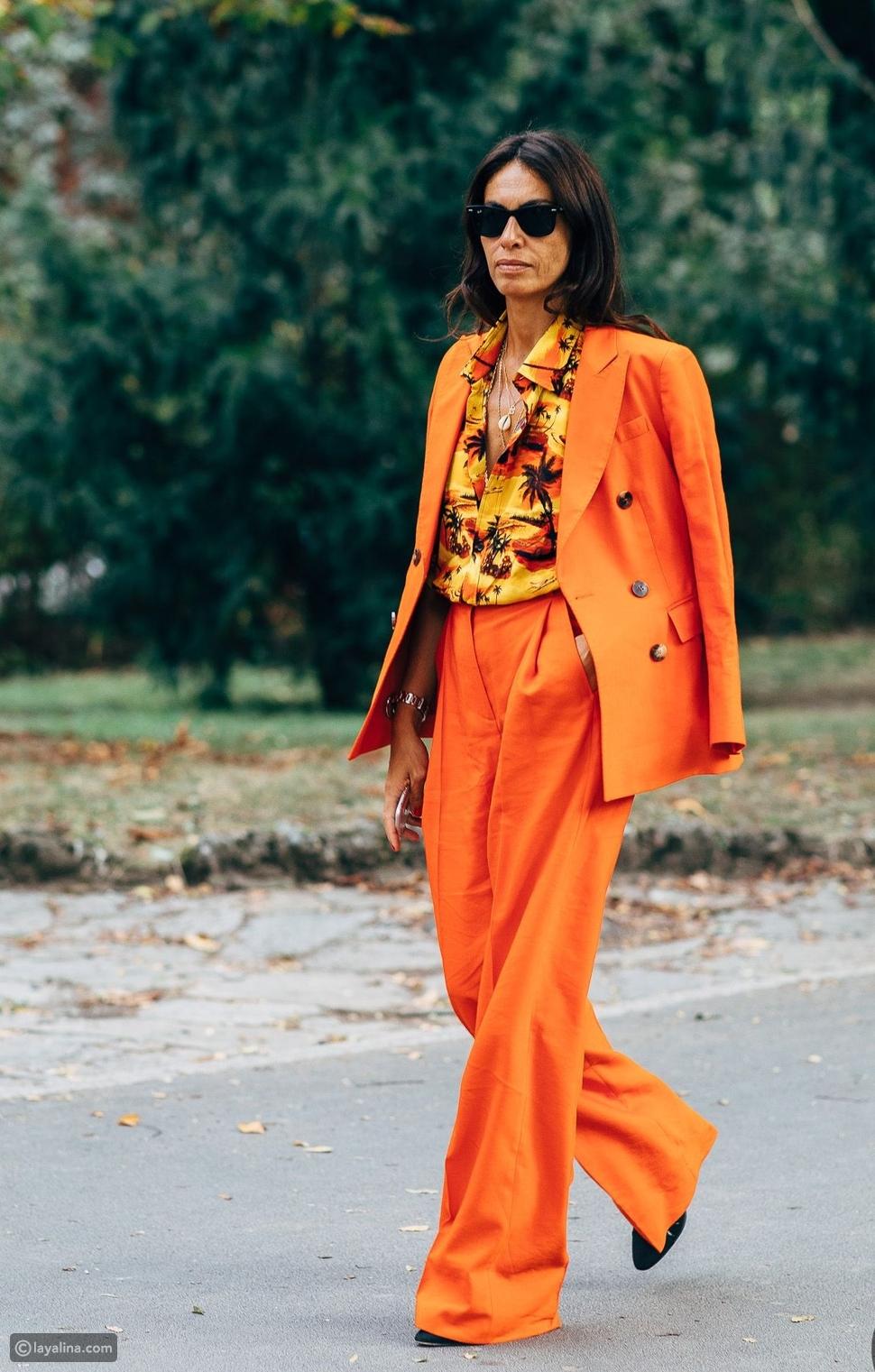 أزياء برتقالية بنقشات ملونة