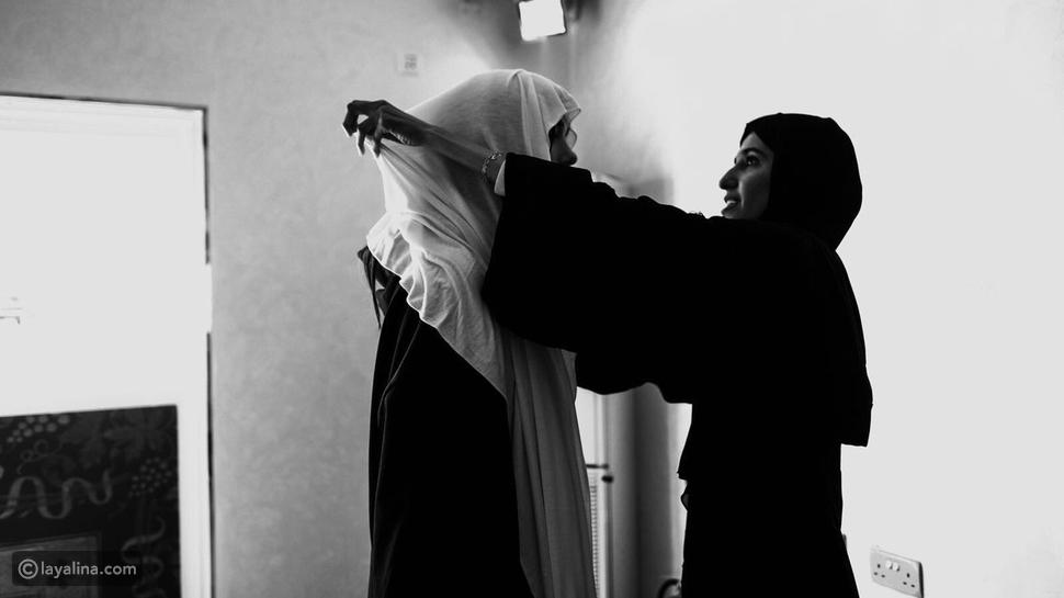 دوا ليبا بالحجاب الإسلامي وملابس محتشمة داخل مسجد في أبوظبي
