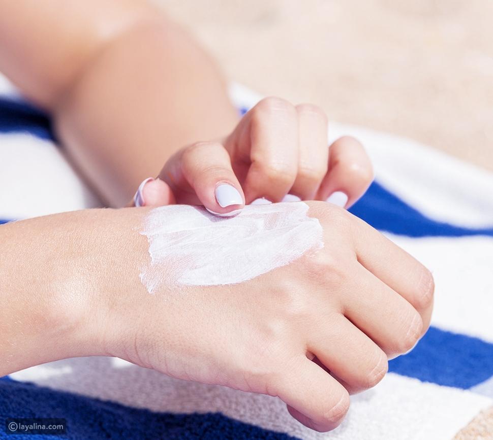 طبقي الكريم الواقي من الشمس على يديكِ