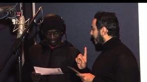 بالفيديو تامر حسني يعلم أيكون اللغة العربية