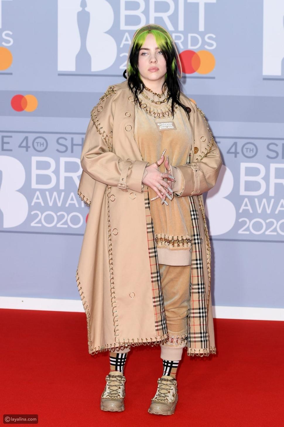 بيلي إيليش بإطلالة كاملة من دار أزياء Burberry