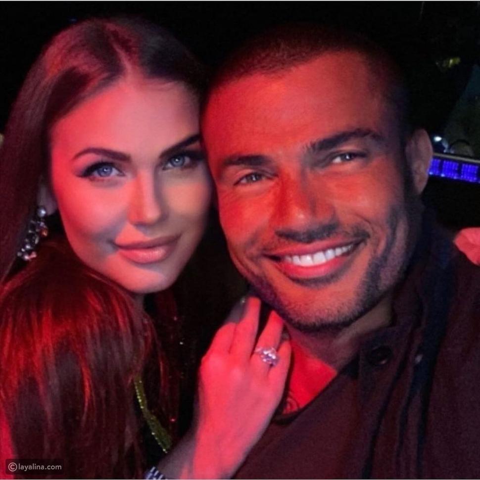 حسناء تحتضن عمرو دياب في صورة جديدة: من هي؟