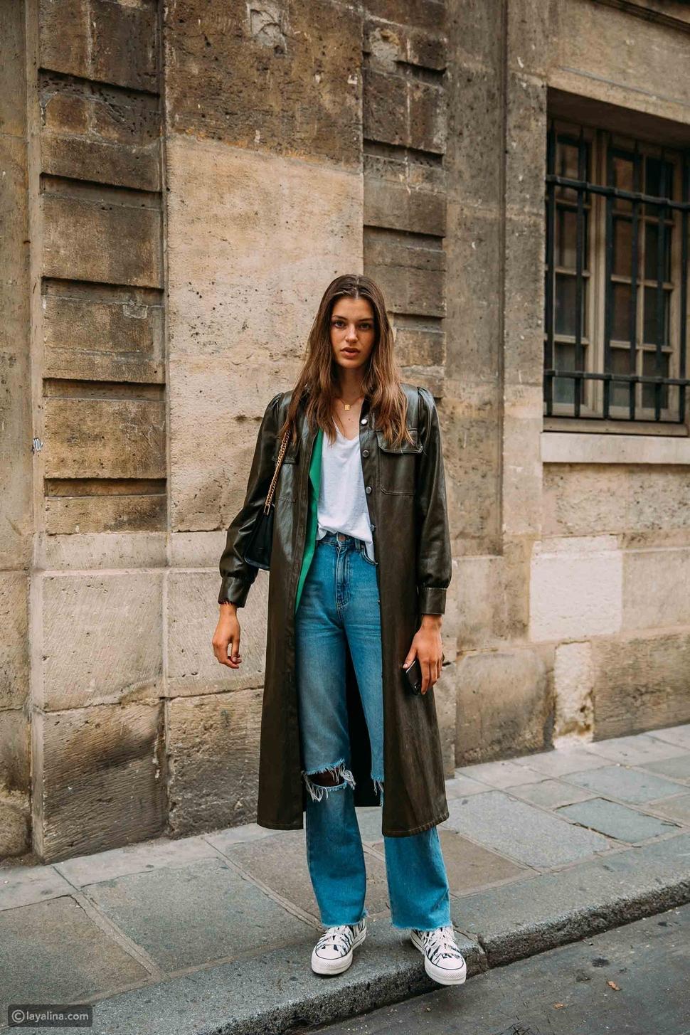 جينز واسع مع معطف طويل من الجلد