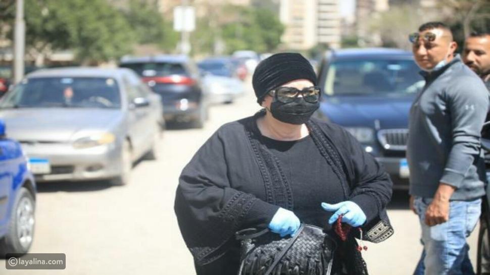 دلال عبد العزيز أثناء حضورها جنازة جورج سيدهم