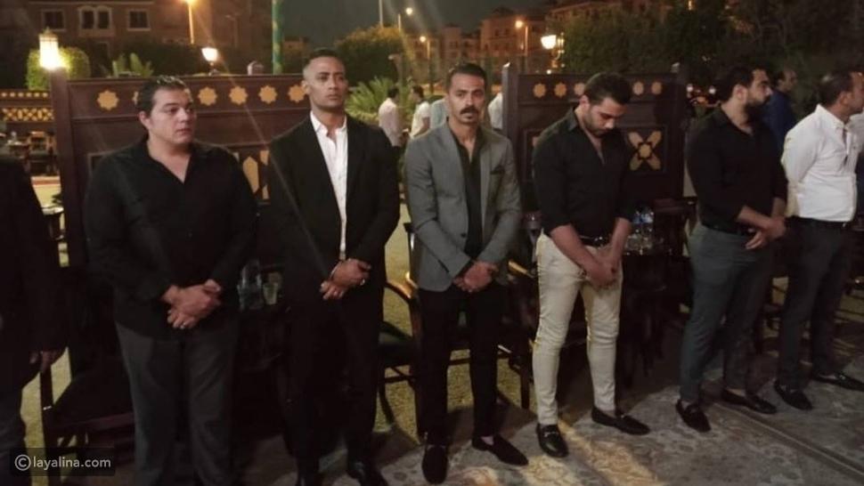 فنانون وإعلاميون في عزاء حماة محمد رمضان: حضور أحمد فهمي بعد صلحهما