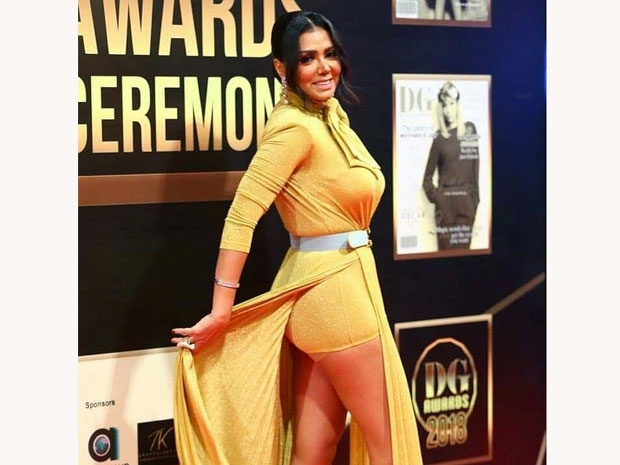 رانيا يوسف تستعرض فستانها الجريء أمام المصورين