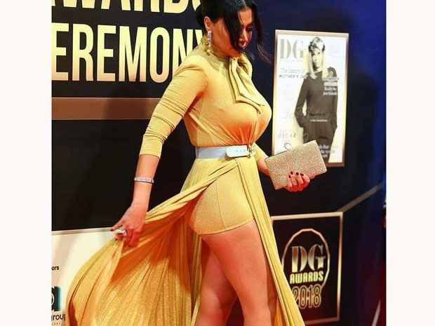 تعمدت رانيا يوسف إظهار تصميم فستانها أمام الكاميرات