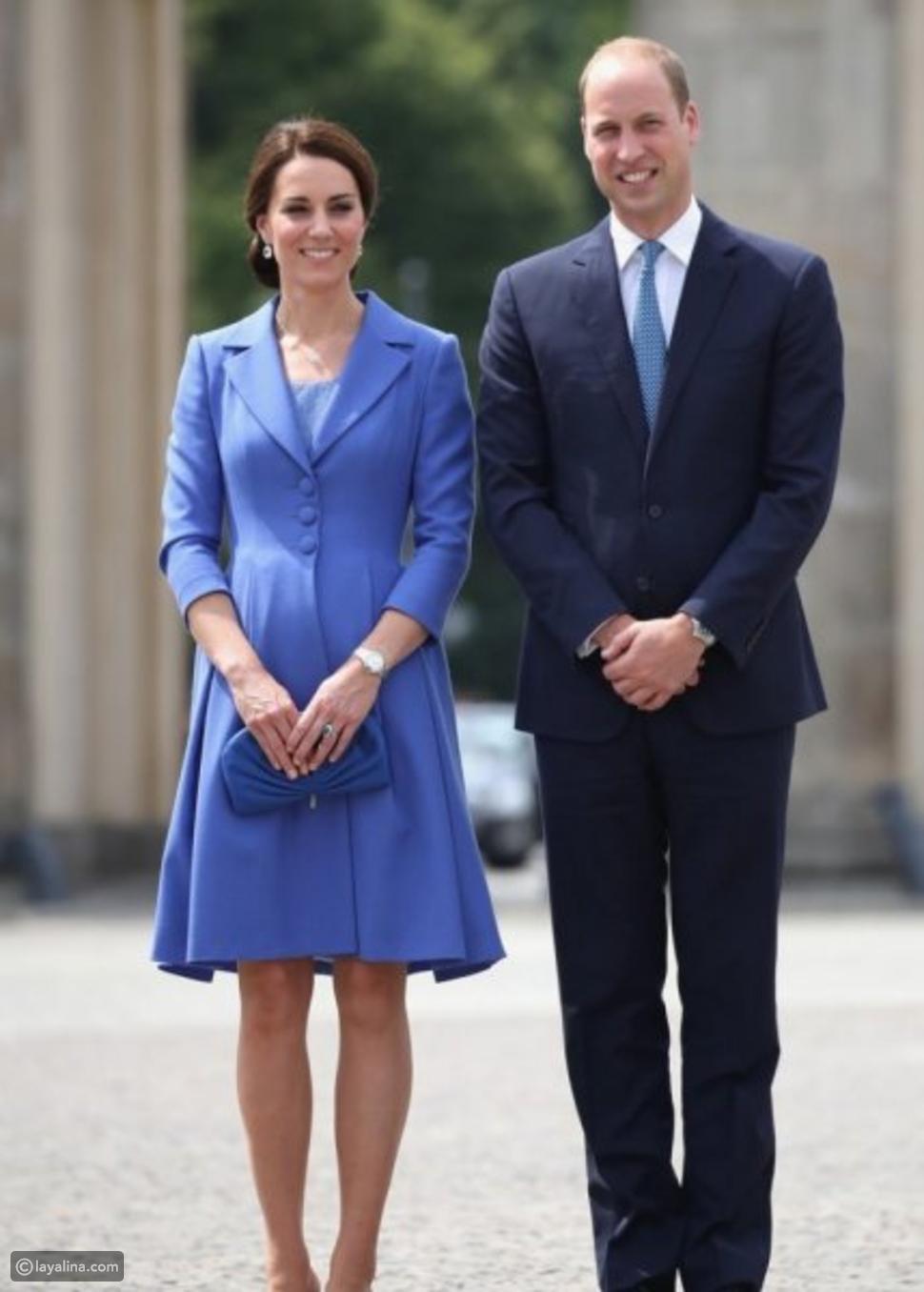 كيت ميدلتون ترتدي فستان المعطف باللون الأزرق من تصميم كاثرين والكر