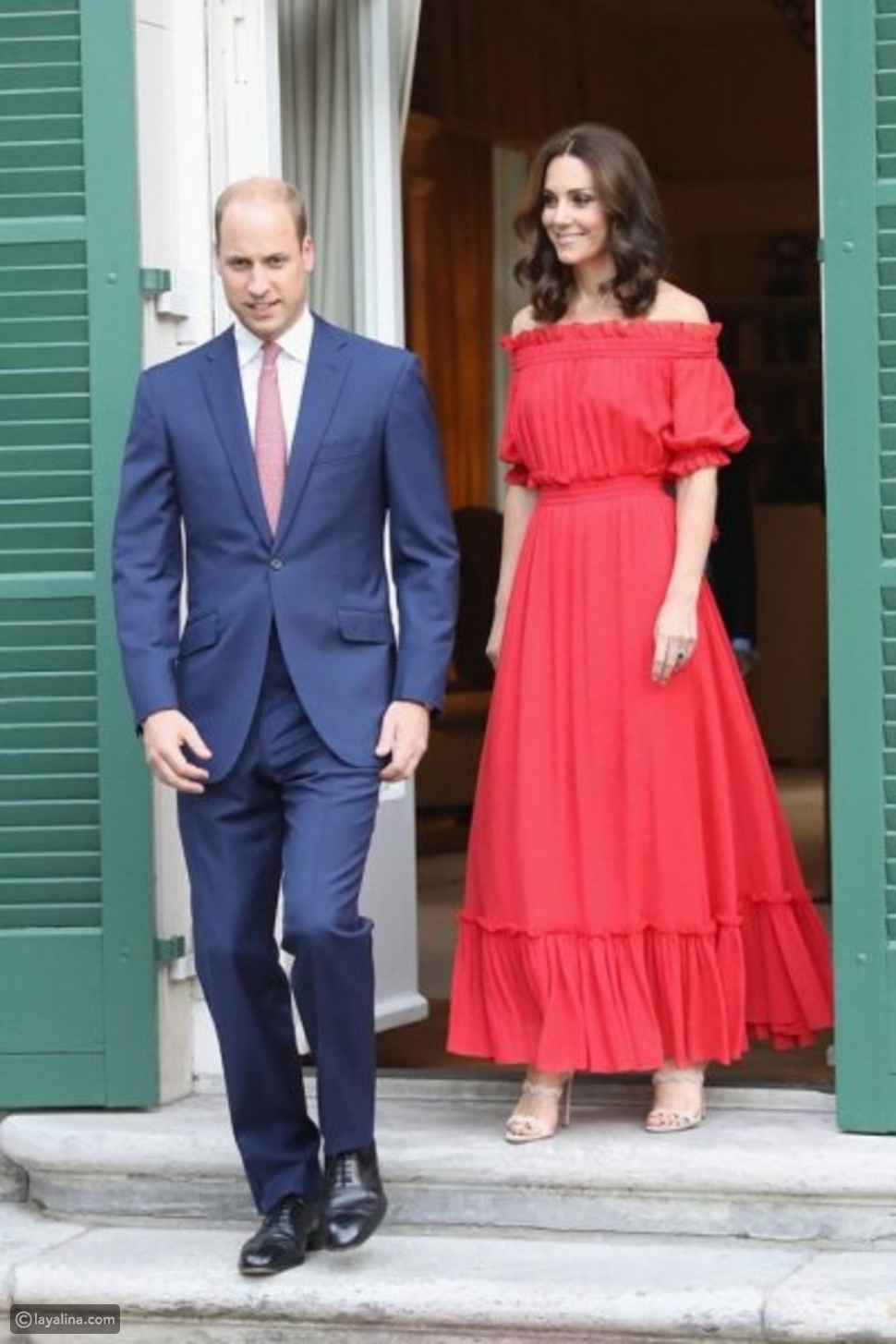 كيت ميدلتون ترتدي فستان أحمر منزلق الأكتاف وتكسر القوالب المعتادة في أزياء الملكات