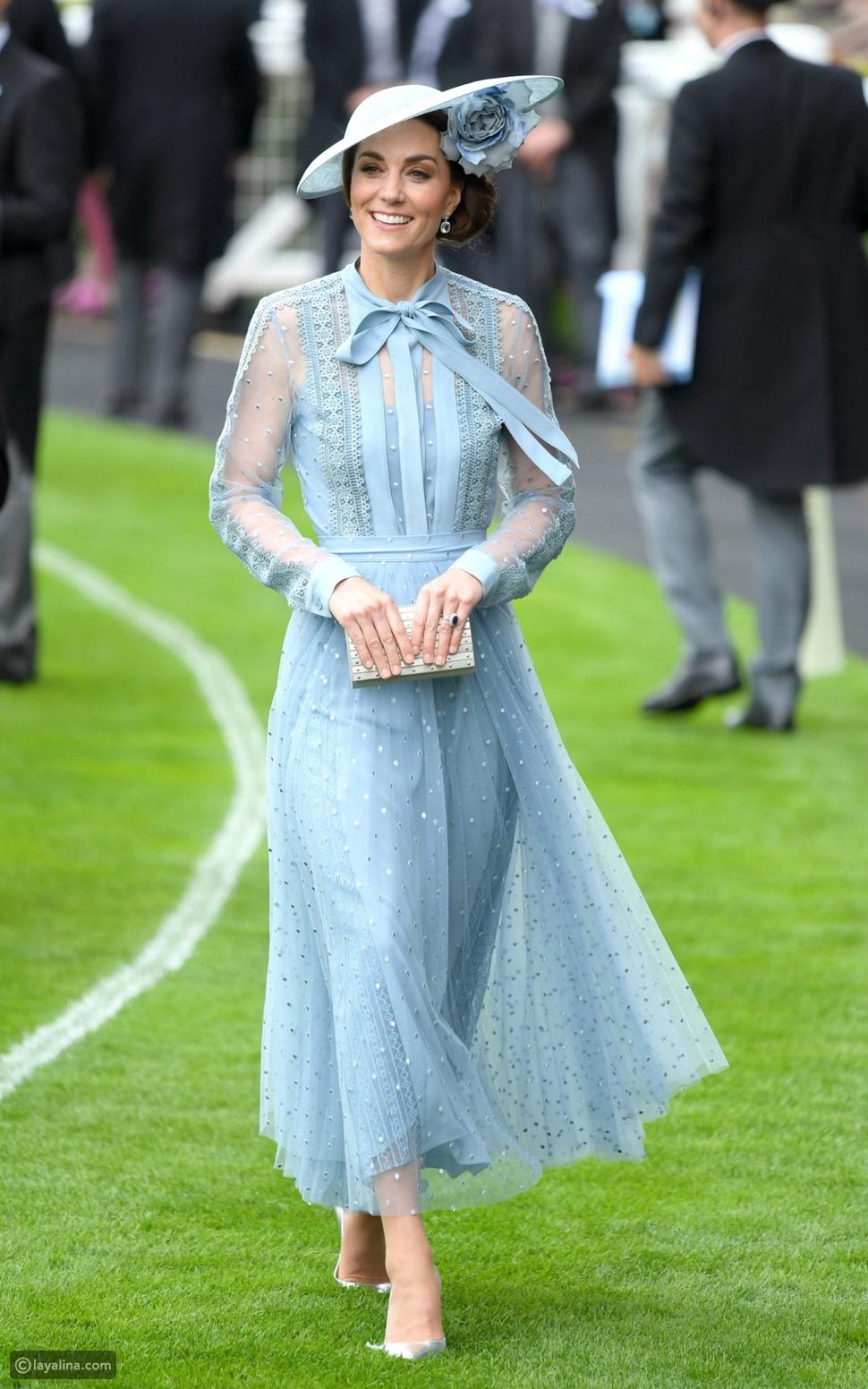 كيت ميدلتون ترتدي فستان أنيق باللون الأزرق السماوي\