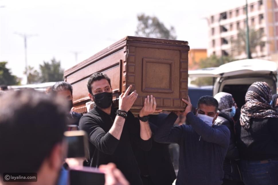 بالصور - انهيار رضوى الشربيني في جنازة والدتها