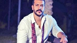 فيديو النجم الكويتي عيسى المرزوق يشعل ضجة بتناوله اللحم المغطى بالذهب