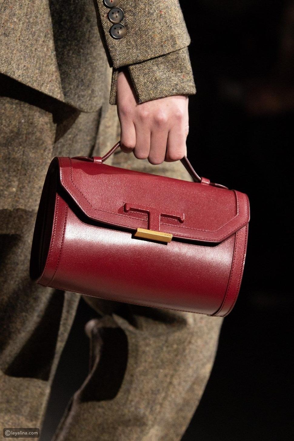 حقائب باللون الأحمر