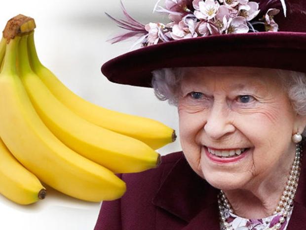 سبب غريب وراء إصرار الملكة إليزابيث على تناول الموز بالشوكة والسكين