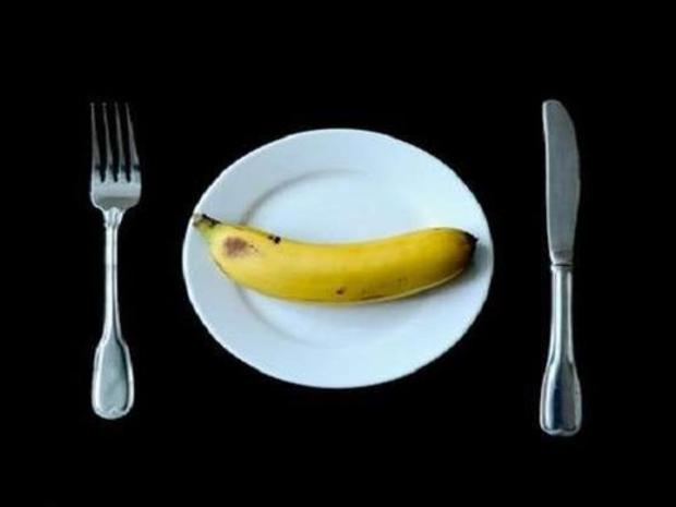 الملكة إليزابيث تحرص على تناول الموز بالشوكة والسكين