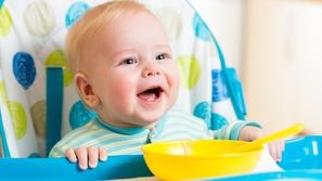 أسباب قيء الرضع وطرق علاجه