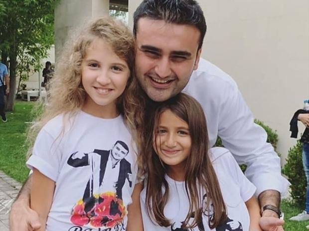 الشيف بوراك التركي مع ابنتا نانسي عجرم ميلا وإيلا