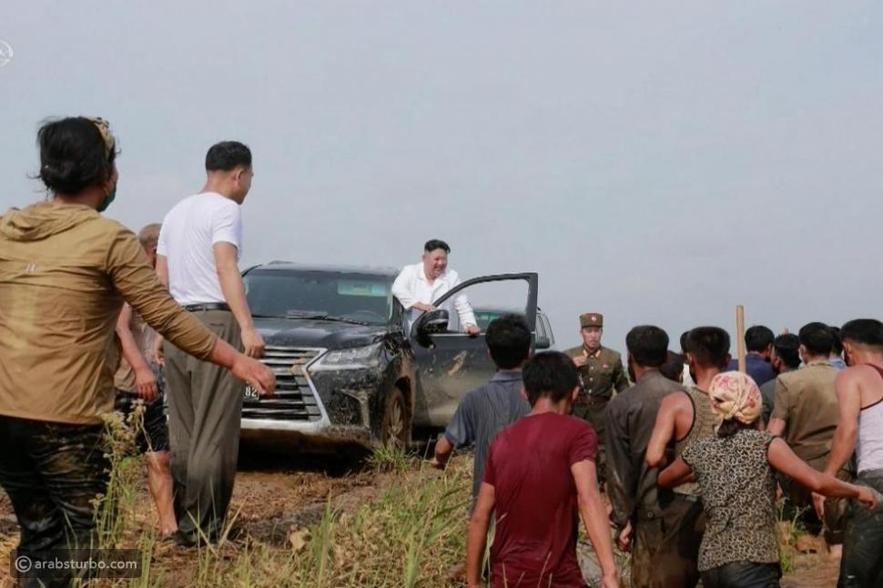 رئيس كوريا الشمالية يحير الجميع بظهوره في سيارة فارهة