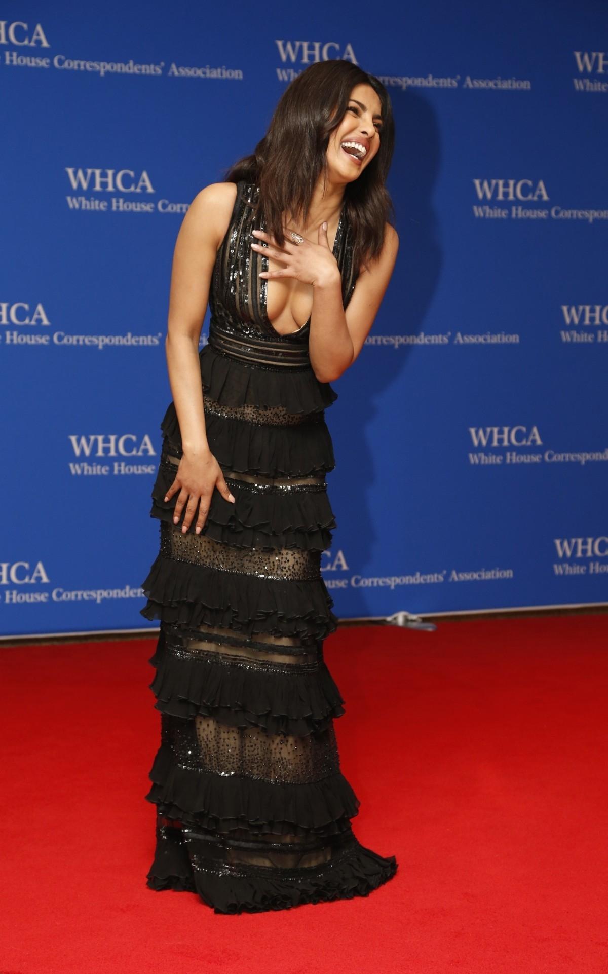 """بريانكا شوبرا في عشاء """"البيت الأبيض"""" بفستان من زهير مراد ومكياج ناعم"""