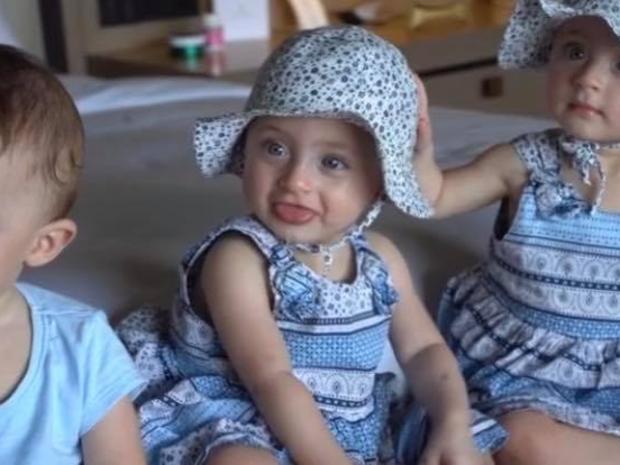 فيديو: الدكتورة خلود وزوجها ينشران أغنية لتوائمهما الثلاث وهذه كلماتها