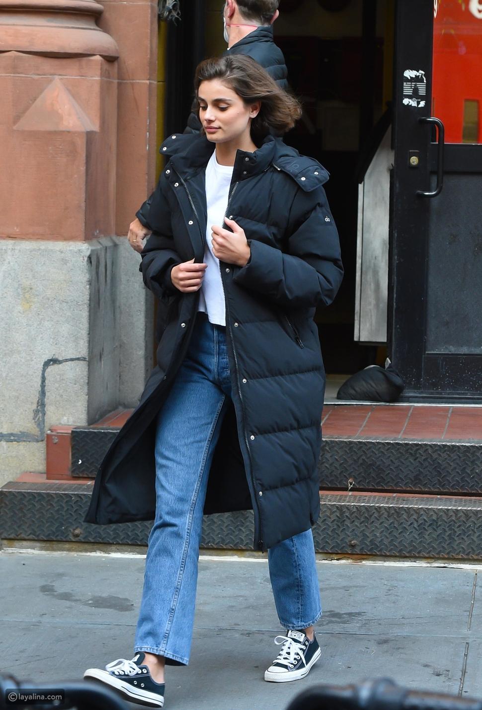إطلالة كاجول مع معطف طويل منفوخ على طريقة عارضة الأزياءتيلور هيل