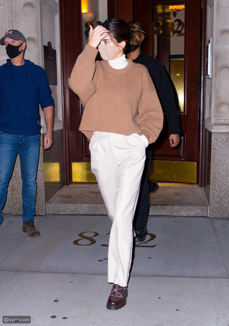 كل شيء باللون البيج مثل إطلالة عرضة الأزياءكيندال جينر