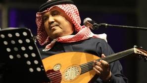 فيديو محمد عبده يقاوم الإحراج ويقطع غناءه بتصرف زلزل المسرح ضحكاً