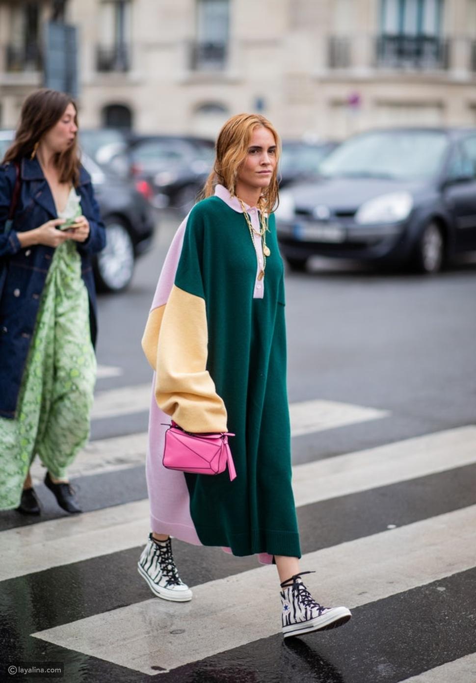 كيفية ارتداء فستان محبوك مع حذاء رياضي وحقيبة يد أنيقة