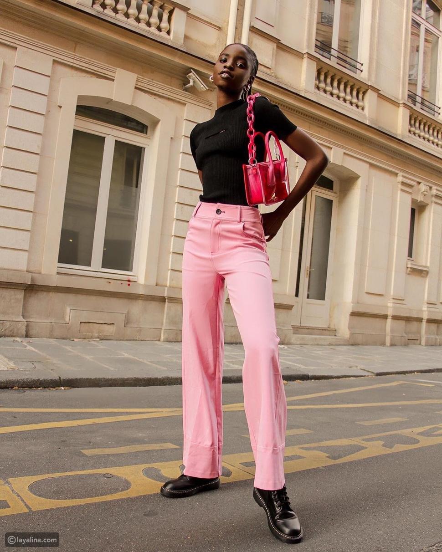 نسقي بنطلون باللون الوردي مع بلوزة سوداء