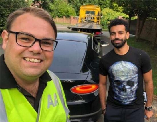 سيارة محمد صلاح تتعرض لموقف مفاجئ وهكذا تم إنقاذه