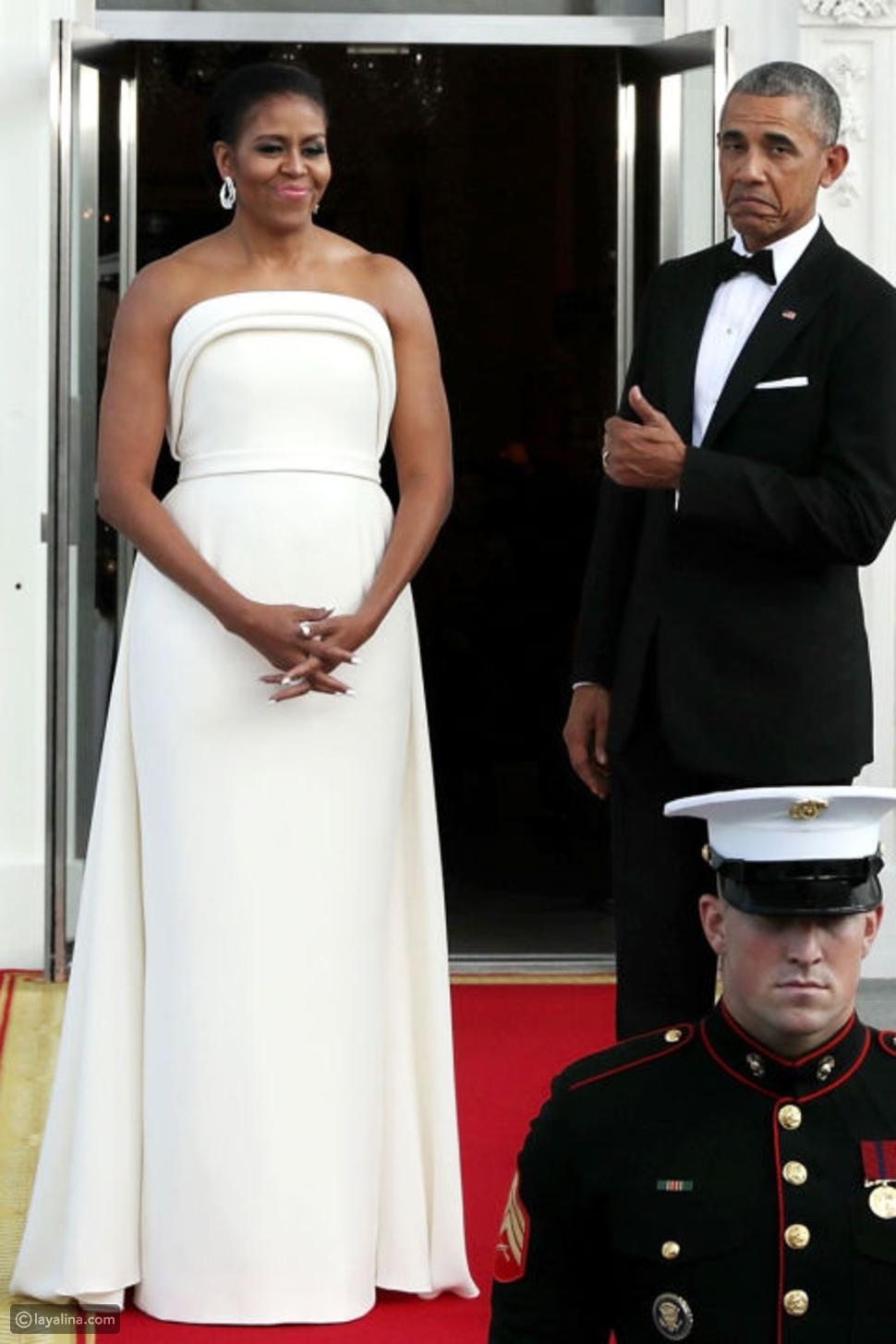 ميشيل أوباما ترتدي فستان أبيض جذاب من توقيع ماكسويل براندون والرئيس يثني على إطلالتها
