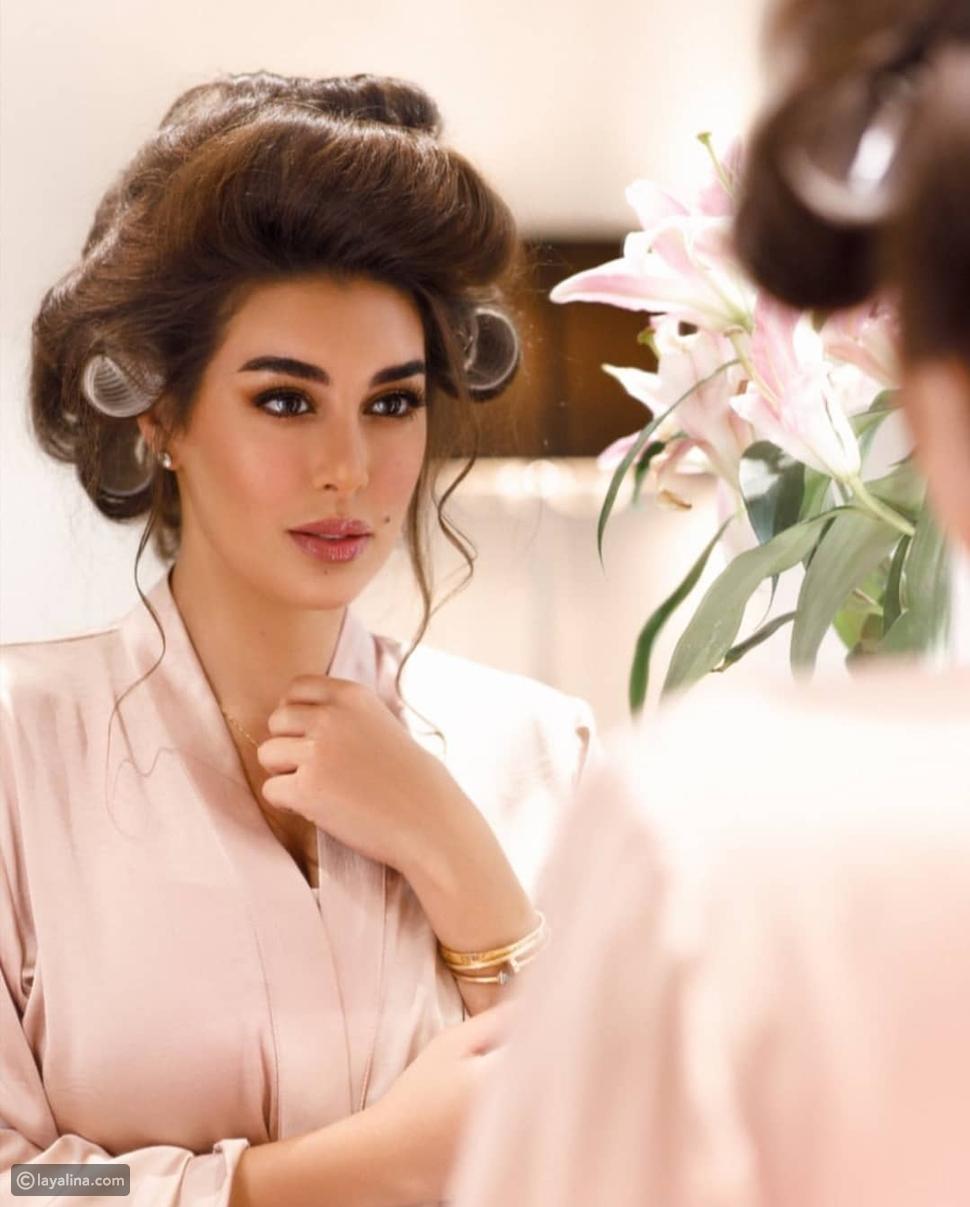 ياسمين صبري في أحدث جلسة تصوير: بالروب واسطوانات الشعر