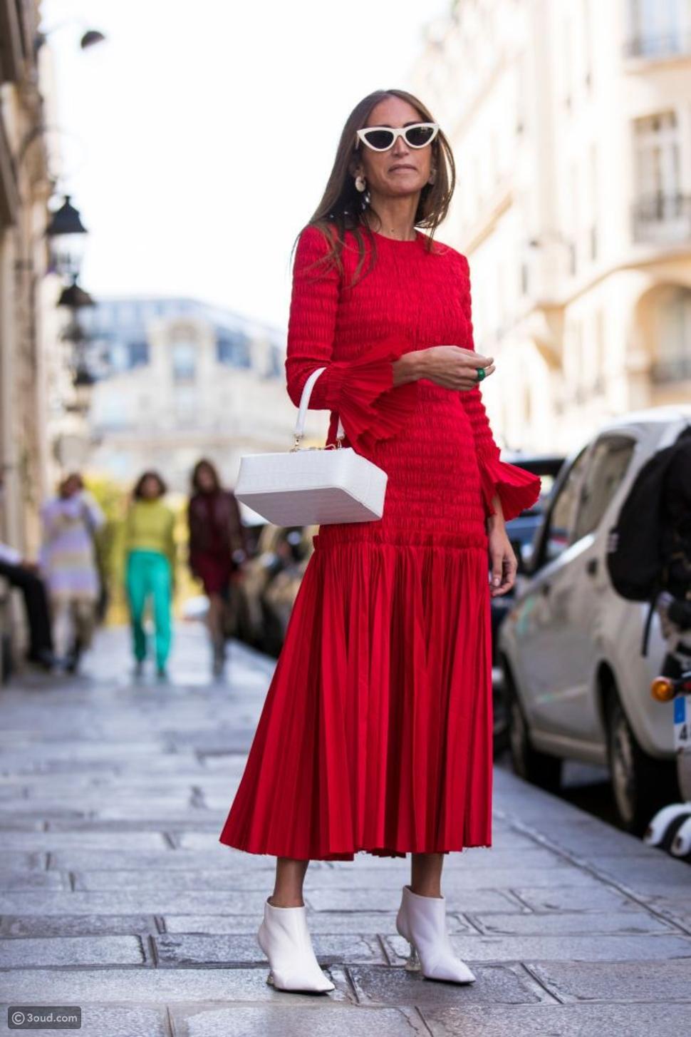 فستان مع حذاء الكاحل الأبيض