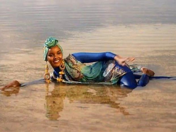 حليمة عدن أول مسلمة بالبوركيني على غلاف مجلة Sports Illustrated