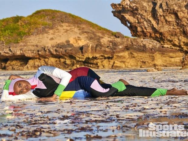 حليمة عدن.. أول مسلمة بالبوركيني على غلاف مجلة لملابس البحر